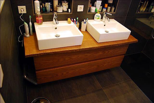 Maßgefertigter Waschbeckenunterschrank aus Holz