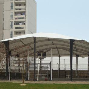 Dachstuhl: aus verzinktem Stahl und Aluminium mit gespannter Textilmembran ...