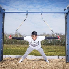 Out&Fit Gym: eine vollständige und kompakte Konfiguration eignet sich für 8 Benutzer mit mehr als 60 Fitnessübungen.