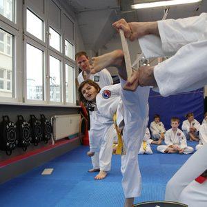 Bruchtests zur Kontrolle der Leistung von Kindern im Karate