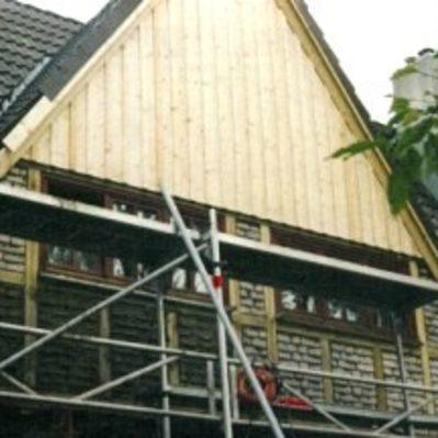 Erneuerung der Giebelaußenwände, bestehend aus Fachwerk, Giebelspitze verbrettert,  Dachkonstruktion im Anbau teilweise erneuert, Eindeckung der Kehle