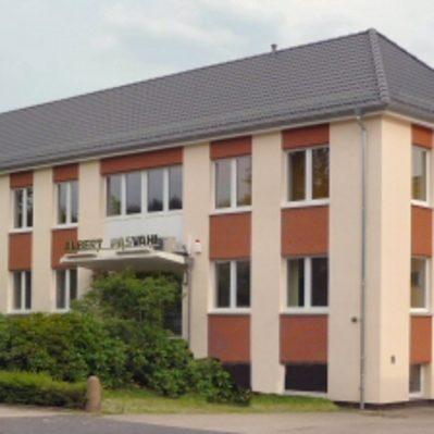 Erneuerung des Daches (ehemals Flachdach), Dachdeckung inklusive Wärmedämmung der gesamten Fassade, Erneuerung der Fenster