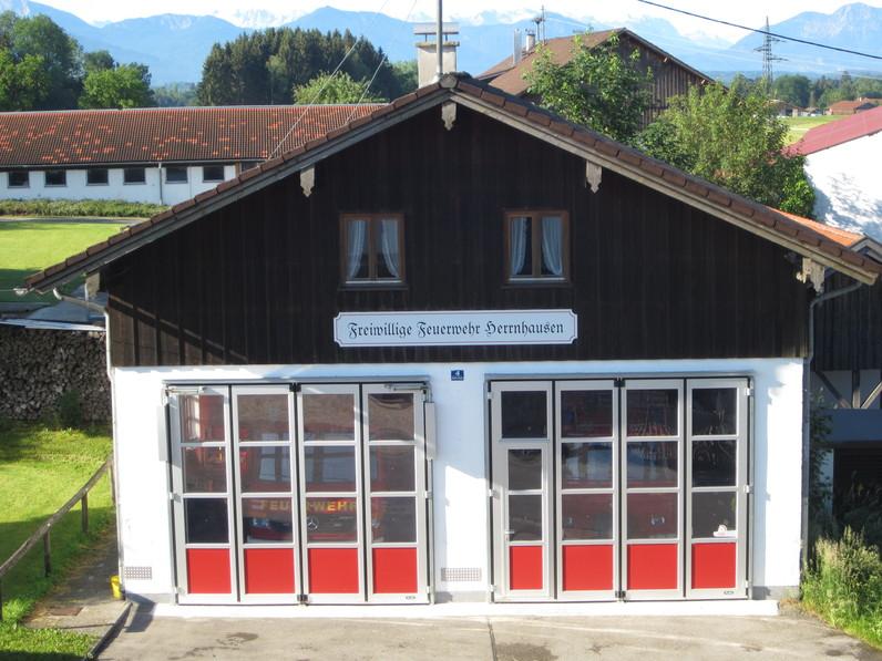 Feuerwehrhaus Herrnhausen mit neuen Toren und neuem Schild