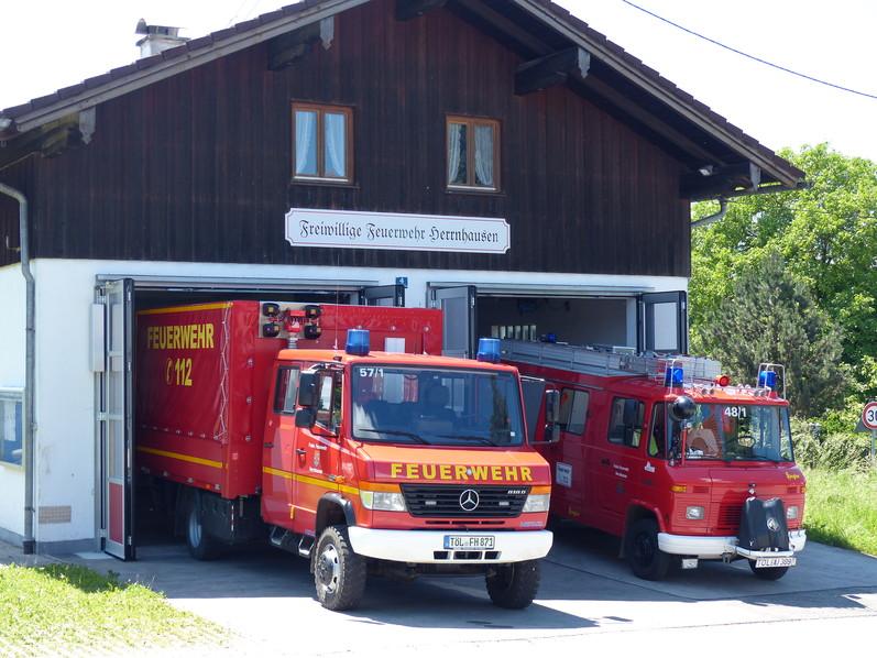 Feuerwehrhaus Herrnhausen mit Fahrzeugen
