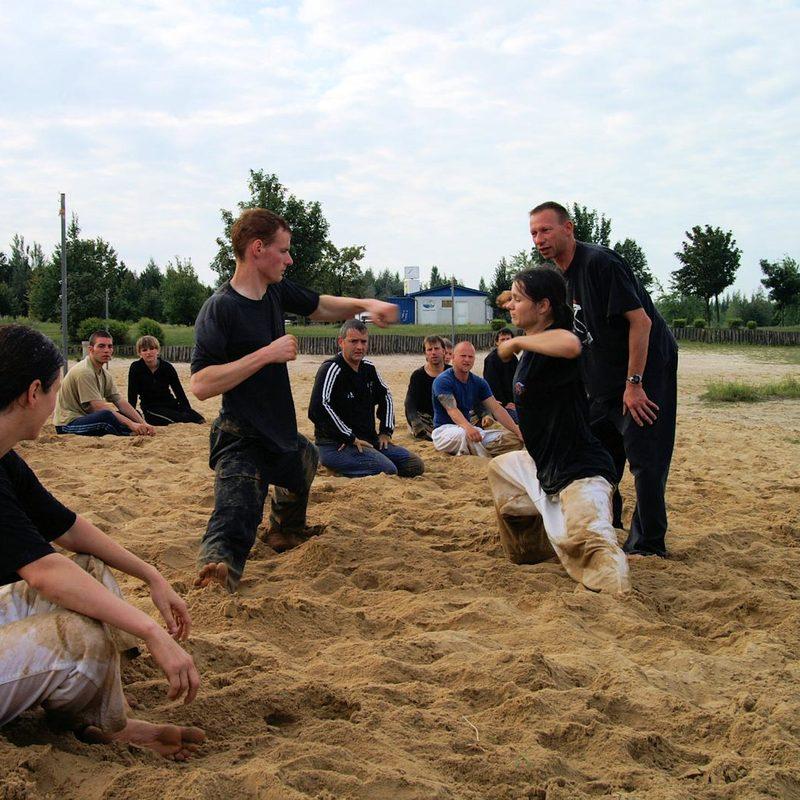 Kraft-, Ausdauer- und Gymnastikübungen im Sand
